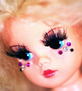 Sindy wears Eyelure